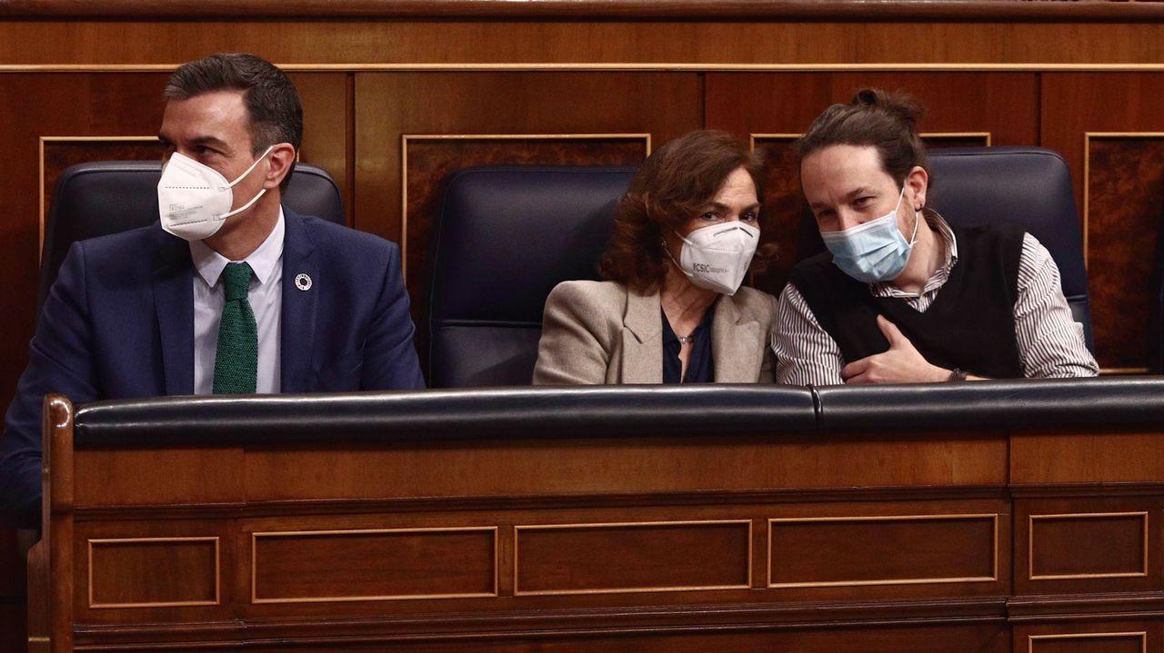 El presidente del Gobierno, Pedro Sánchez, y los vicepresidentes Carmen Calvo y Pablo Iglesias, en el pleno del Congreso de este miércoles