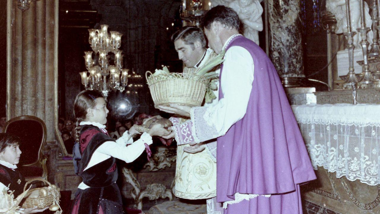 Ofrenda a San Froilán en 1980, con fray José Gómez