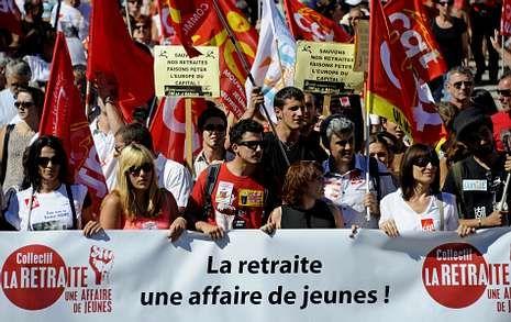 Miles de franceses protestaron ayer en la calle contra la reforma de las pensiones.
