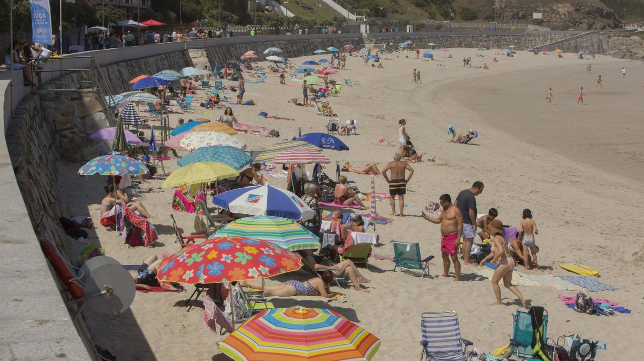Sanxenxo estrena en España un sistema de contención de arena en Carabuxeira.Puesto de socorristas en la playa de Areas, en Sanxenxo