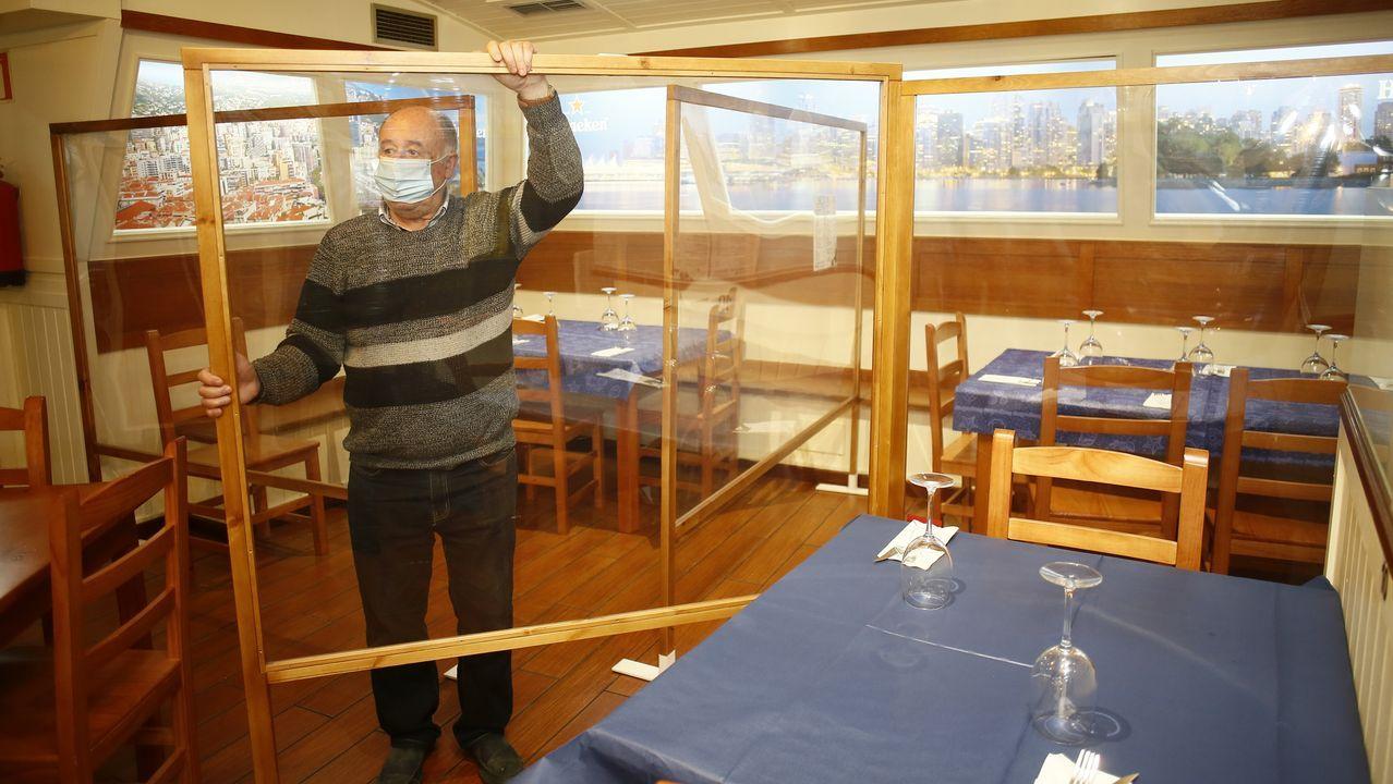 Néstor Fernández, gerente del viveirense Gastrobar Atlántico, preparando las mamparas que protegen cada una de las mesas del local para reencontrarse hoy con sus clientes