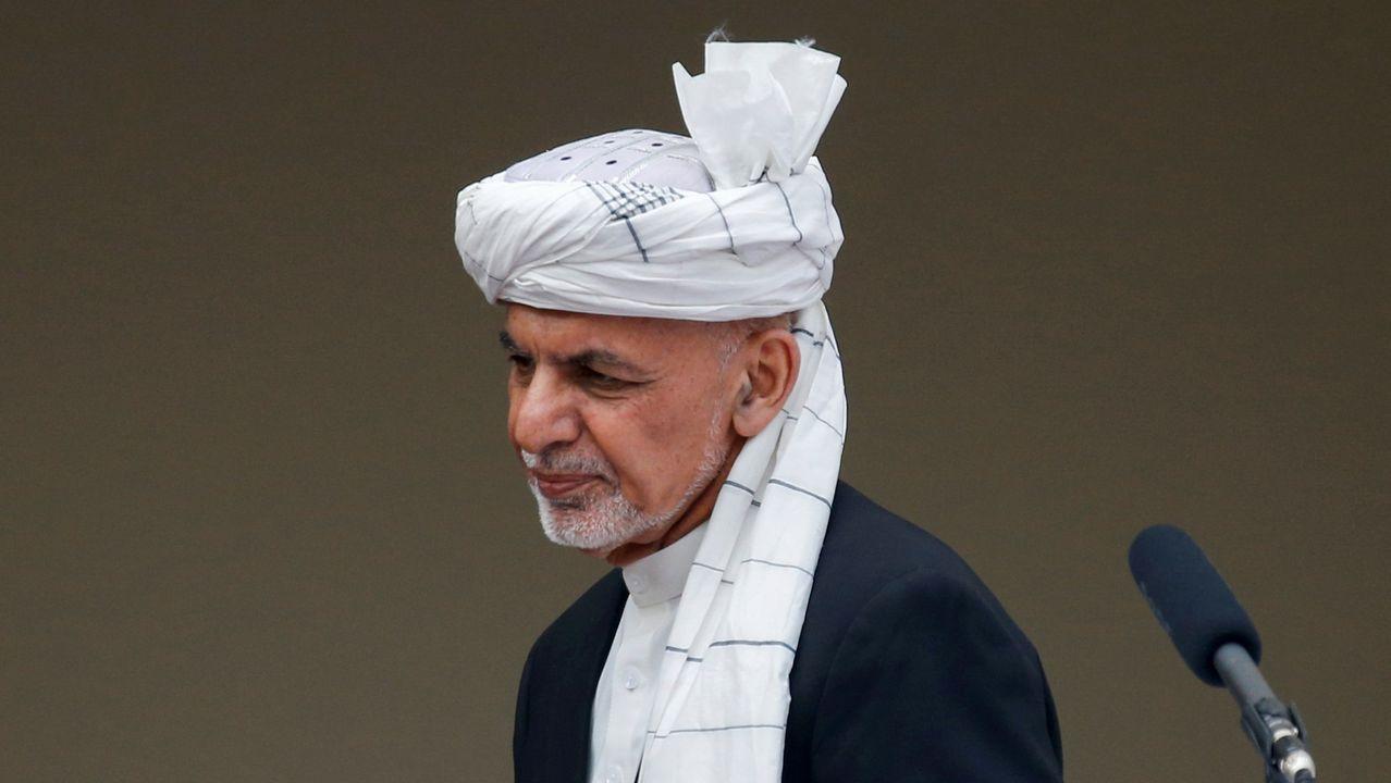 Soldados afganos muestras a acusados de planear ataques contra el Gobierno y las fuerzas afganas
