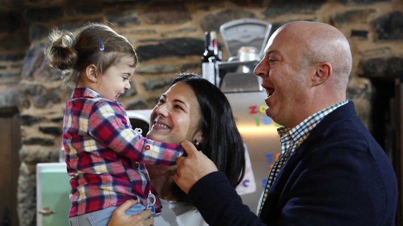 Casa premiada en Tibiás.El alcalde de A Gudiña, José María Lago, con su mujer y su hija de año y medio