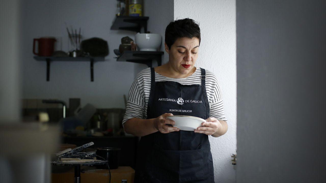 Laura Delgado, en su taller de cerámica, en Cambre