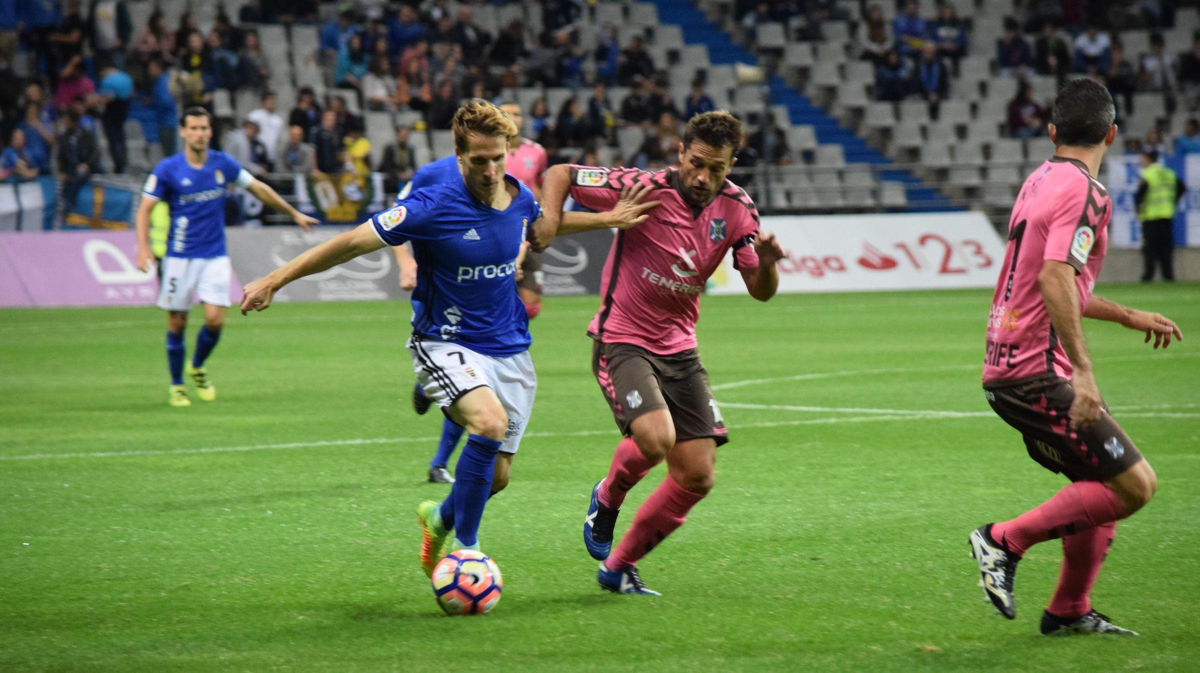 Susaeta y Aitor Sanz luchando por un balón en un Oviedo-Tenerife de la 16/17