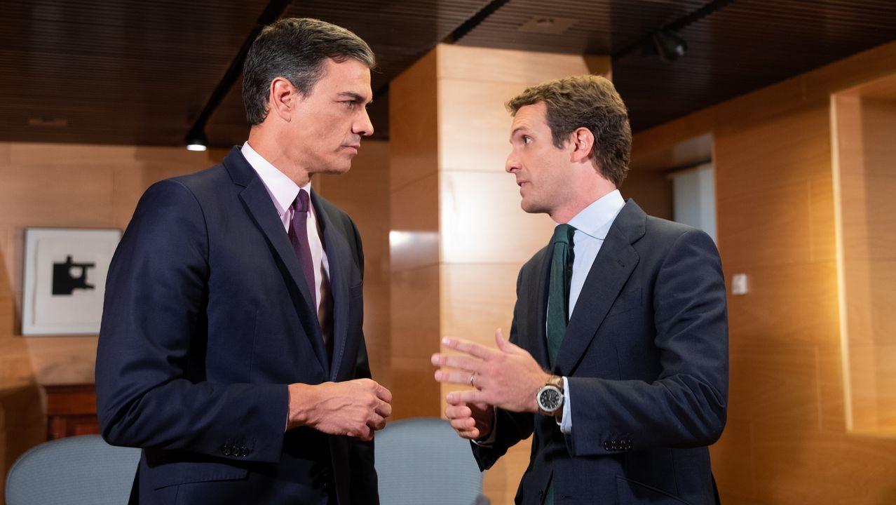 El presidente del Gobierno en funciones, Pedro Sánchez, con Pablo Casado en el Congreso de los Diputados el pasado día 11 para hablar sobre la investidura