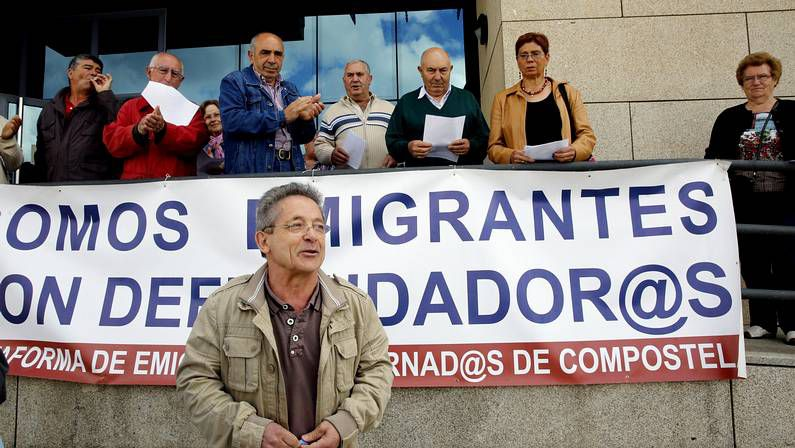 Emigrantes retornados se manifestaron ayer frente a la sede de la Agencia Tributaria.