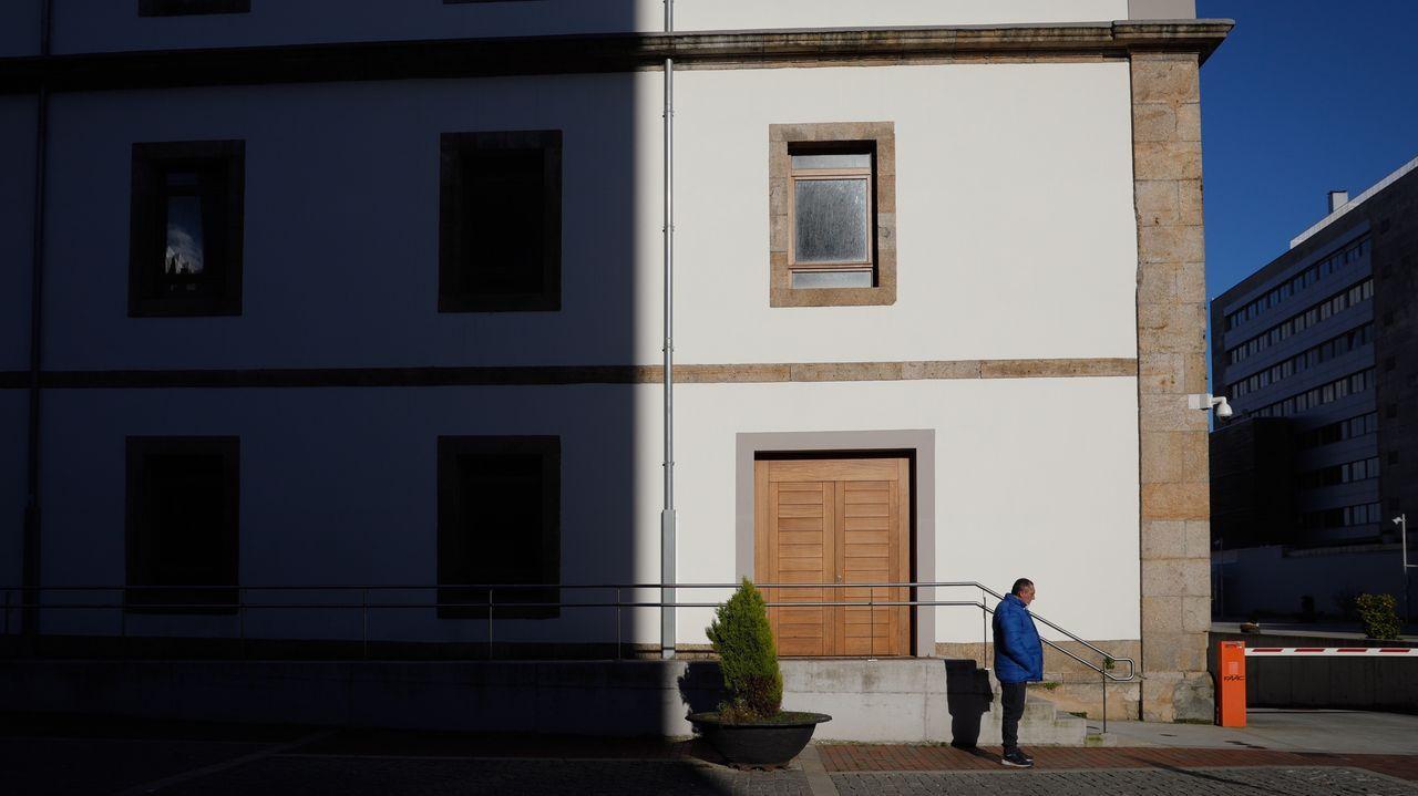 Así está la antigua sede oficial de la Comandancia de Obras.Sanitarios y pacientes en la entrada de urgencias del Chuac.