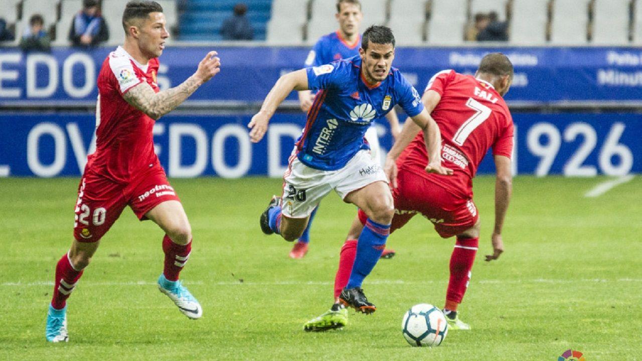 Cotugno conduce el balón en el Oviedo-Nàstic