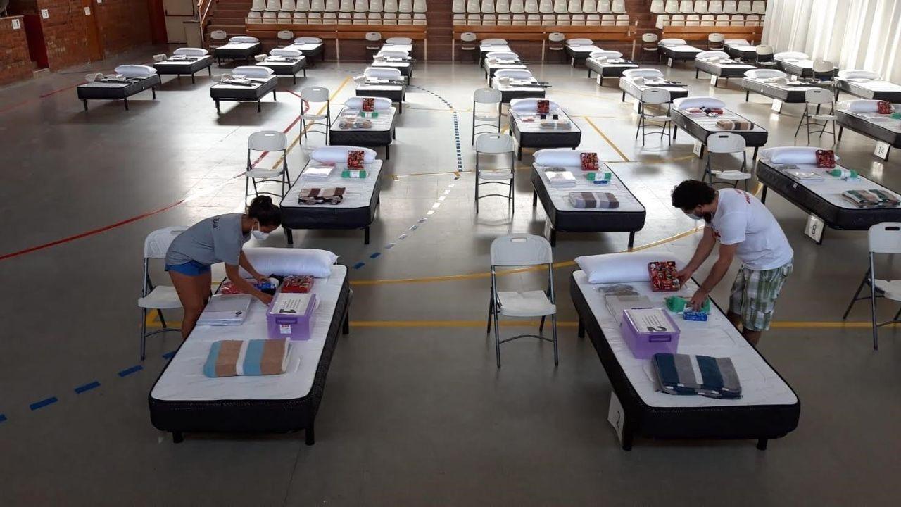 Imágenes de la pandemia en el mundo.Voluntarios de Open Arms en el pabellón de Torres de Segre