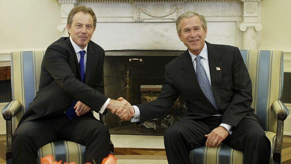 Último adiós a Simon Peres.Imagen de archivo. Blair (i) y Bush se estrechan la mano en abril del 2004.