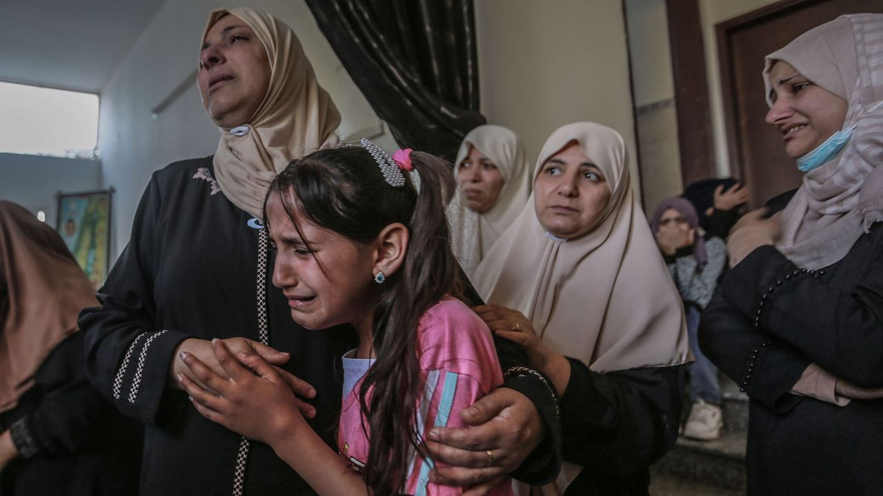 Familiares de un joven de 19 años muerto en los bombardeos israelies.