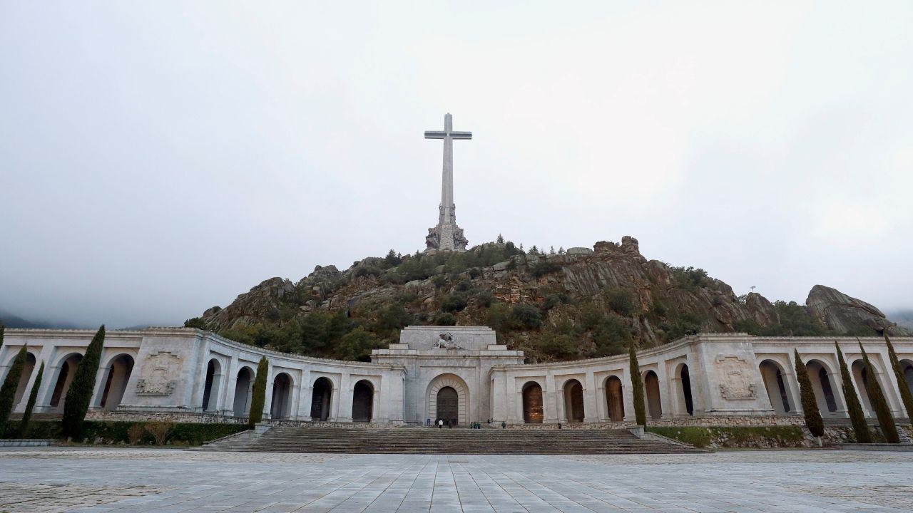 Pancarta en el Valle de los Caídos