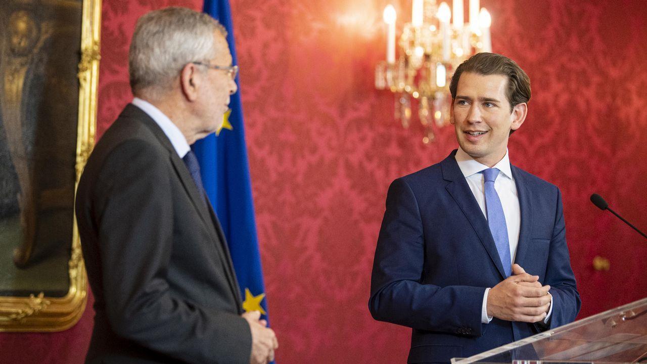 Sebastian Kurz (a la derecha) y el presidente de Austria Van der Bellen en el acto en el que formalizaron la convocatoria electoral