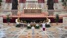 El papa Francisco lee el tradicional «Urbi et Orbi» en una basílica de San Pedro sin público.