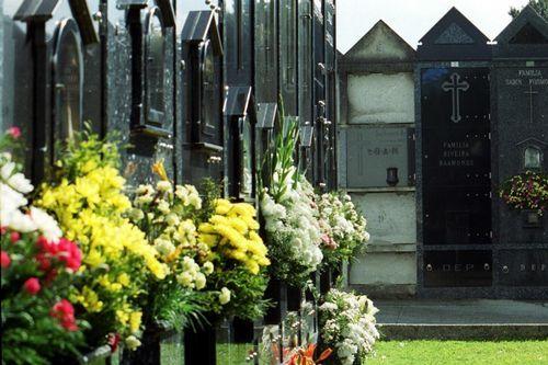 Los cementerios se llenan de recuerdos.María Luisa y Alberto acuden cada día al cementerio de San Mauro a visitar la tumba de su hijo, que falleció atropellado el 6 de agosto del 2010