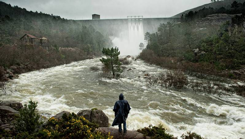 O Ézaro, a pleno rendimiento.Las intensas lluvias de los últimos días obligaron a abrir las compuertas de la presa de Santa Uxía.