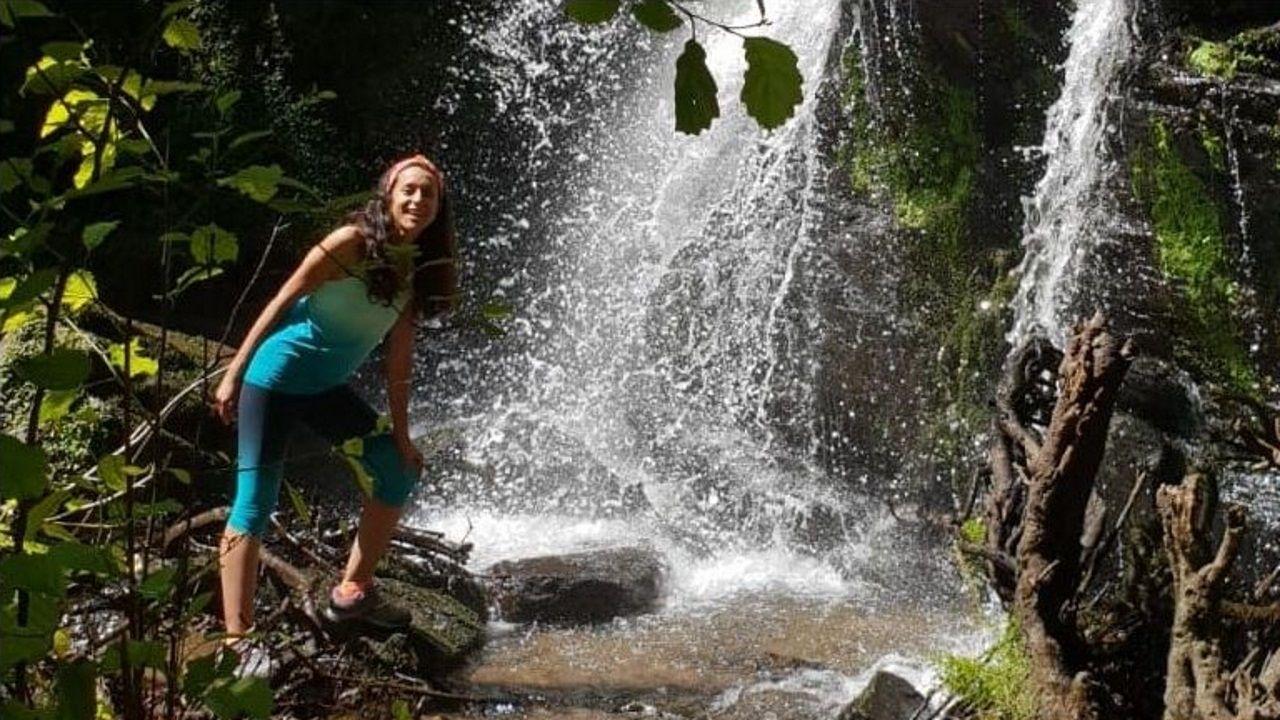 La bloguera de viajes Eva Abal, conocida por visitar más de 60 países y participar en distintas campañas para empresas, da a conocer los encantos de Galicia. Participa en la promoción turística de Padrón y de Camiños de Auga (en la foto, en la Fervenza das Hortas o de Santa María, entre Arzúa y Touro).