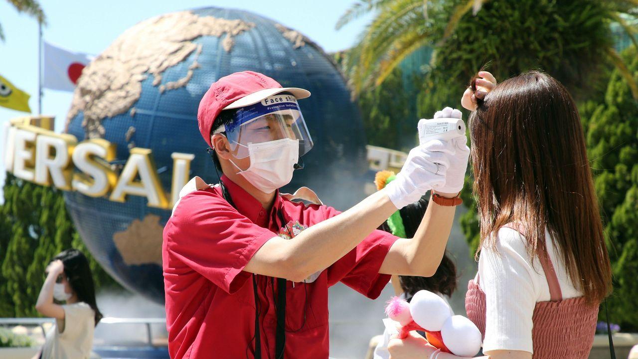 En Osaka, Japón, ha reabierto el parque de Universal Studios, si bien los visitantes deben someterse al control de temperatura a la entrada