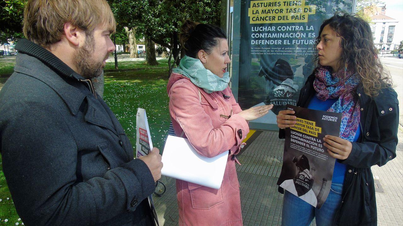 Podemos lleva los mensajes electorales a las vallas y marquesinas de autobús.Cayetana Álvarez de Toledo y Pablo Casado, en un acto electoral en Barcelona