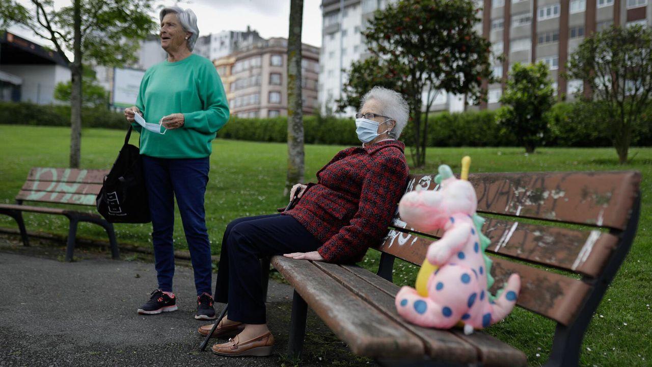 Mayores paseando por A Coruña esta mañana