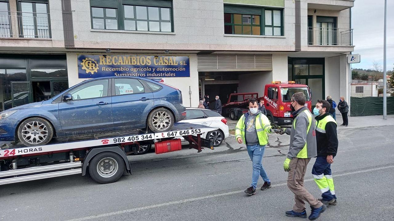 Más de una treintena de vehículos tuvieron que ser sacados del garaje inundado de la avenida de Monforte