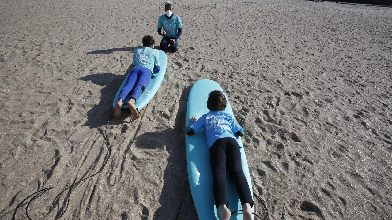 El surf retoma su actividad en Oleiros.JAVIER CRUZ MUESTRA LAS ULTIMAS PAGINAS AMARILLAS IMPRESAS EN  EINSA