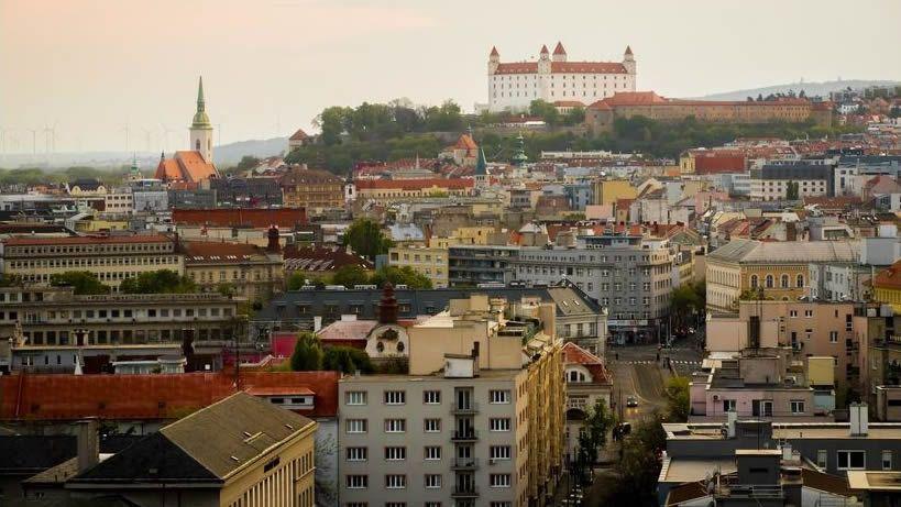 Manifestaciones en Londres yStuttgarten contra de las restricciones.Vista de Bratislava, la capital de Eslovaquia