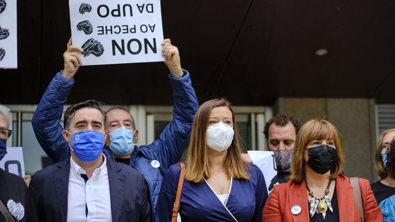 De izquierda a derecha: Jorge Pumar, Ana Morenza y Sonia Ogando, concejales del PP de Ourense, durante una protesta previa al pleno del viernes 2 de julio