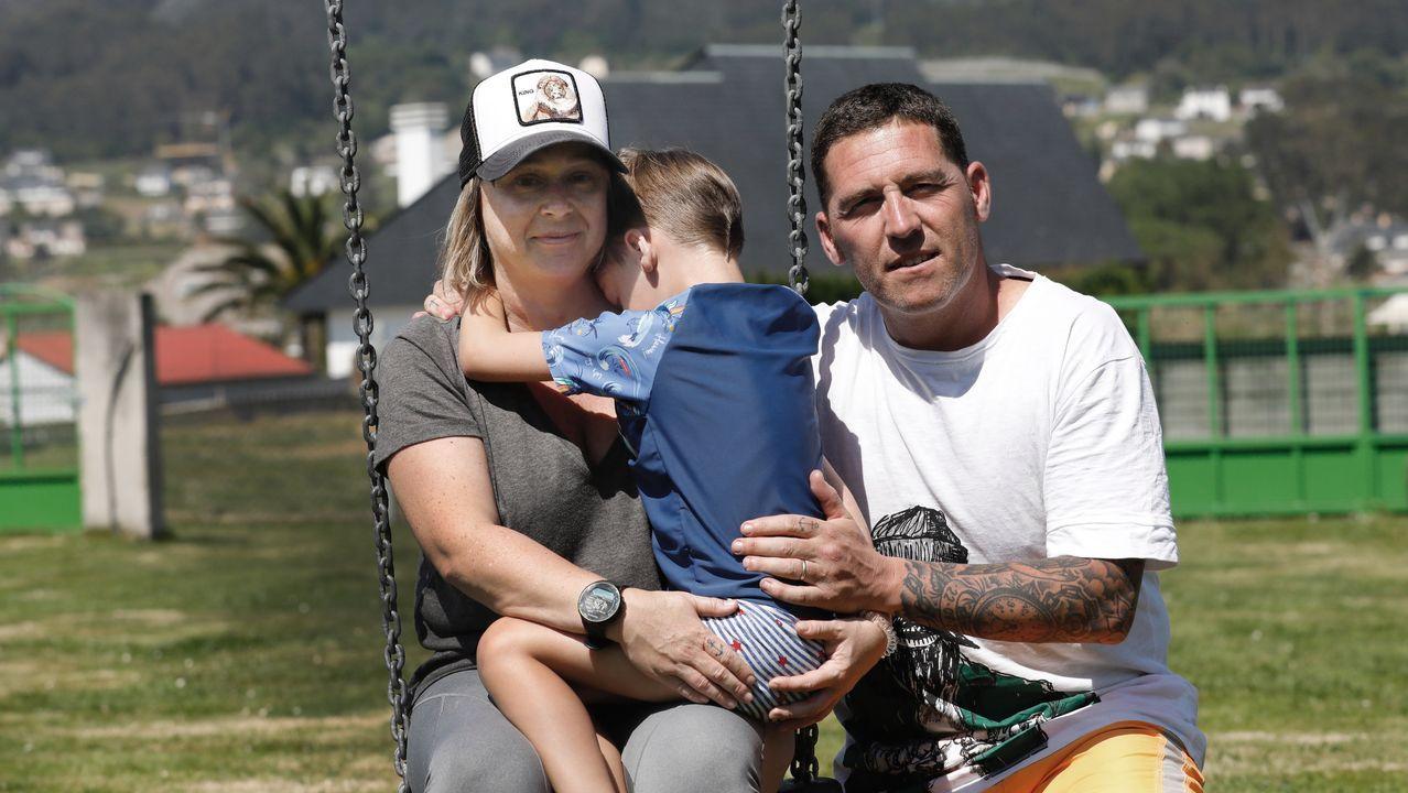 Suso Herrera, viveirense que trabaja en Alcoa, con su mujer y su hijo, que tiene seis años