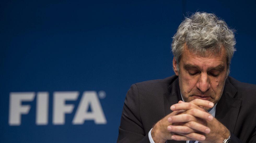El portavoz de la FIFA, Walter de Gregorio, dando la rueda de prensa tras las detenciones.