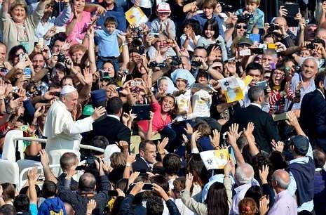 Así ha sido el 2013 en Facebook.El papa tiene seguidores incondicionales, que esperan horas para verlo y sacan fotos a su paso.