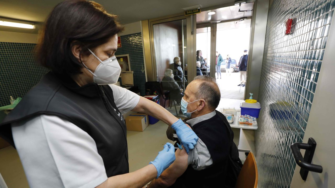Personal sanitario administrando la primera dosis de la vacuna contra el covid-19 a mayores de 80 años este lunes en Burela