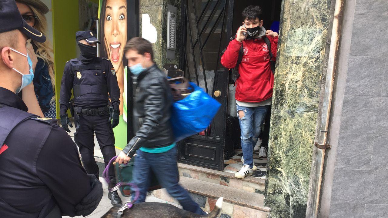 Desalojan dos pisos okupados en la avenida de Fisterra, en A Coruña