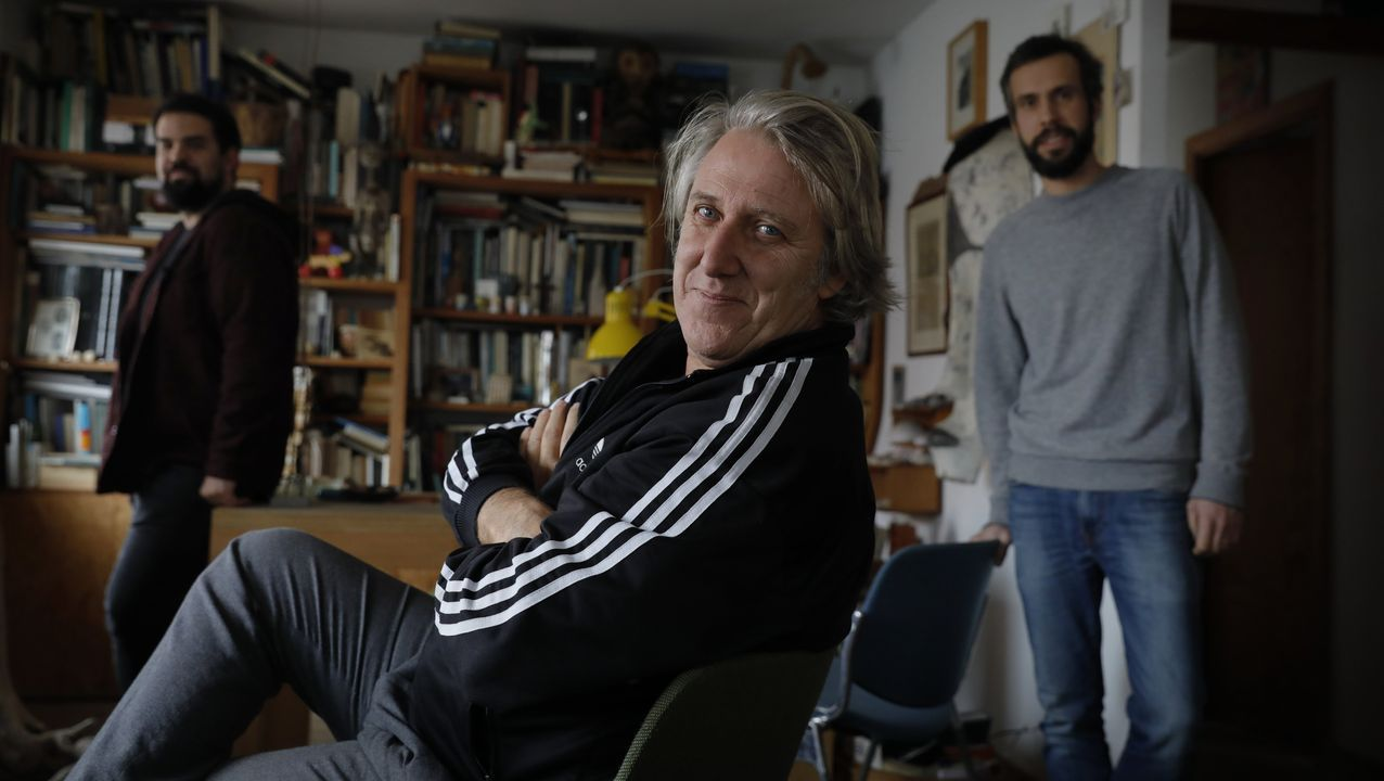 Carlos Pita, con José Carlos Iglesias y Manuel Pérez, en su estudio de arquitectura de A Coruña. Hace un mes el equipo, muy reconocido, recibió un premio Enor, uno de los más importantes de la península, por el campo de fútbol de Bandeira, en Silleda.