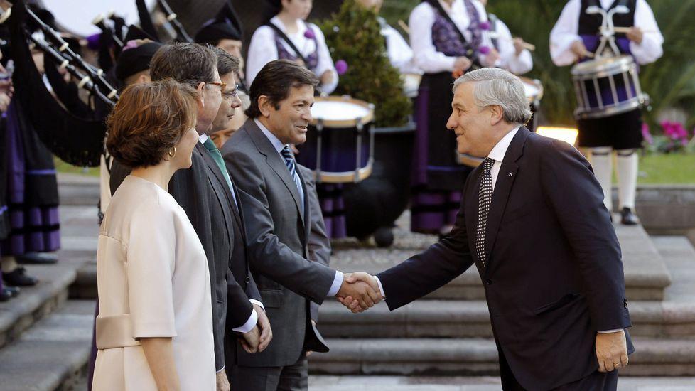La consejera de Hacienda, Dolores Carcedo, entra en la Junta General del Principado con el proyecto de presupuestos para 2017. El presidente del Parlamento Europeo, Antonio Tajani (d), y el presidente del Principado, Javier Fernández, se saludan a su llegada hoy a Oviedo