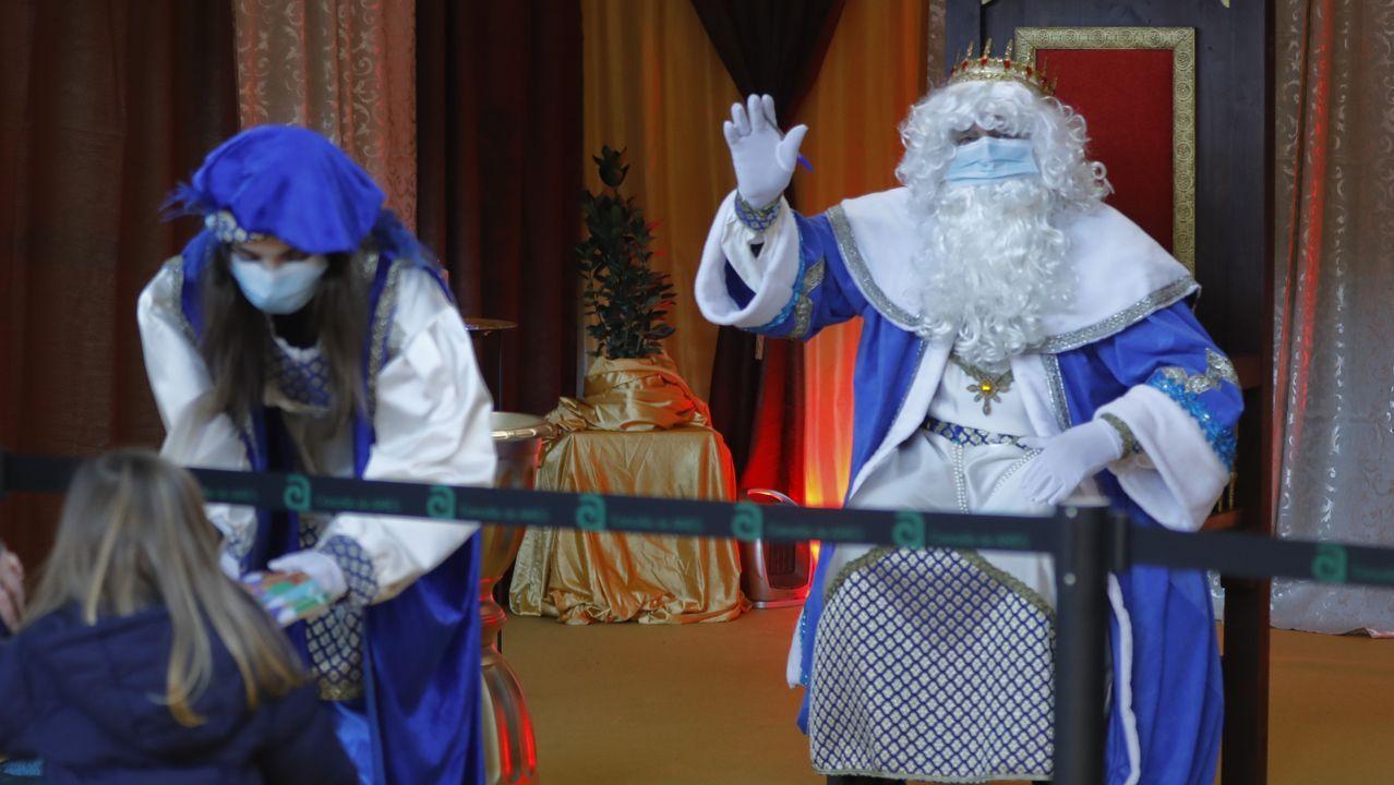 Los niños visitan a los Reyes Magos en el pabellón polideportivo de Milladoiro, Ames.Comercio y turismo tienen un gran peso en la economía compostelana