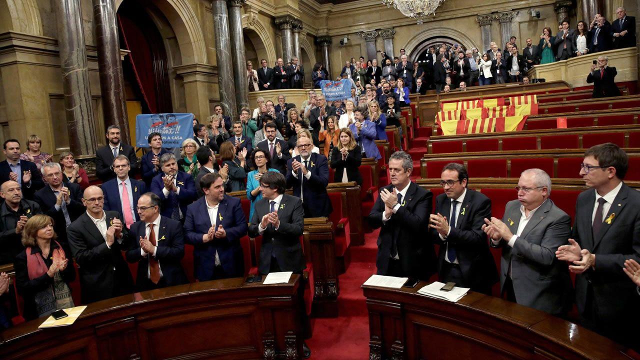 El 27 de octubre del 2017, el Govern y los diputados de JxSí y la CUP, sin los diputados del PSC, PPC y Ciudadanos, aplauden tras las aprobación en el pleno del Parlament de la declaración de independencia, con los votos de Junts pel Sí (JxSí) y la CUP, una resolución en la que, en su preámbulo, declaraba un «Estado independiente en forma de república».