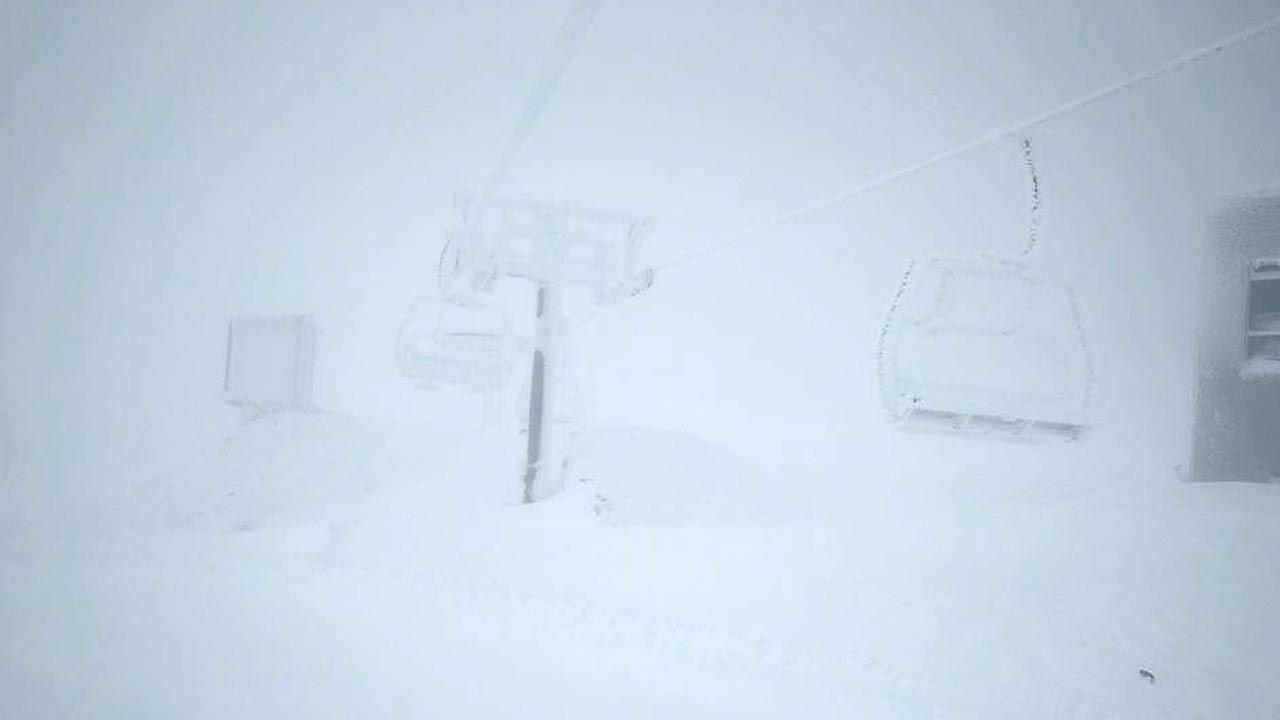 Las sillas de la estación de esquí de Pajares cubiertas de nieve y hielo