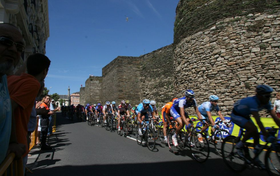 Así fue el rocambolesco final de etapa en el Tour.El pelotón dio un paso por la Ronda da Muralla durante la etapa del 2006.