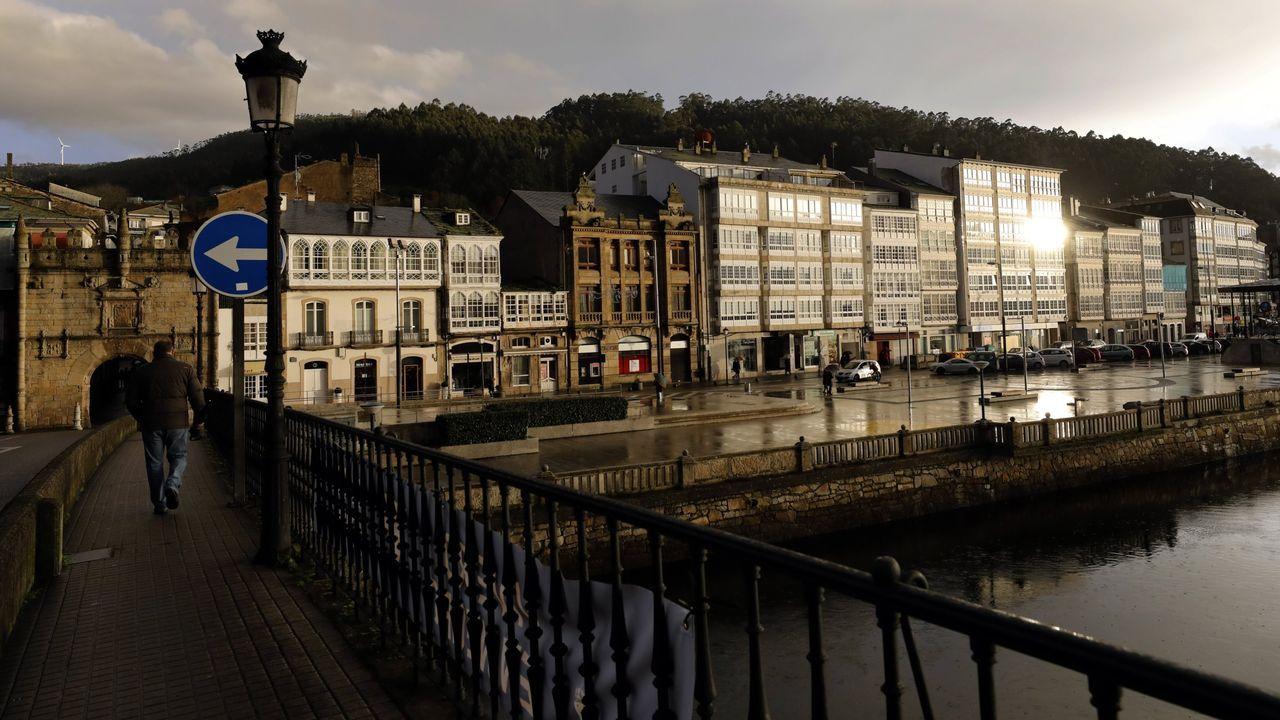 A la izquierda, la puerta de Carlos V desde el puente de A Misericordia, con parte de la travesía urbana, en una foto de archivo