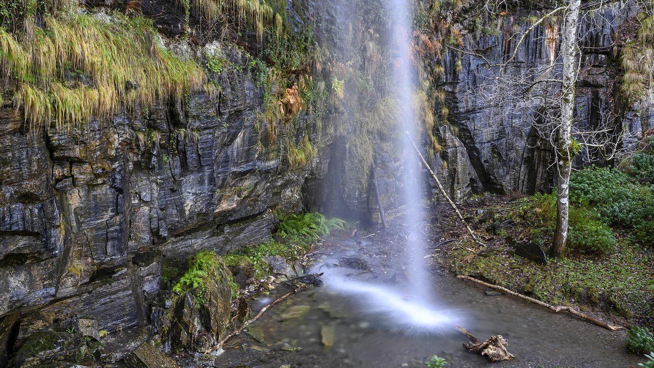 Pie de la cascada del arroyo de A Fervenza