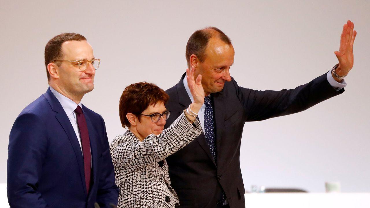 Ensaios de «A amnesia de Clío».Annegret Kramp-Karrenbauer, flanqueada por dos de sus rivales a Jens Spahn y Friedrich Merz