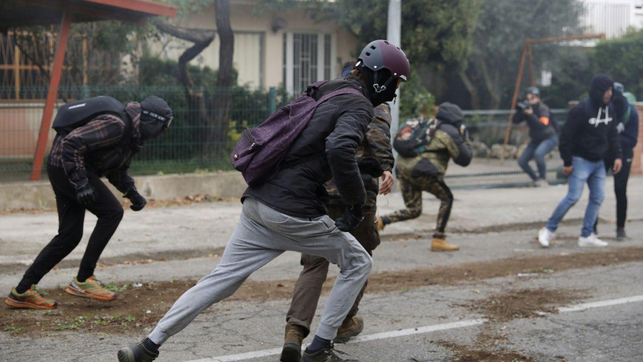 Imágenes de la intervenciónpolicial en la AP-7 y en el municipio de Salt.Foto de archivo de taxis en el HUCA
