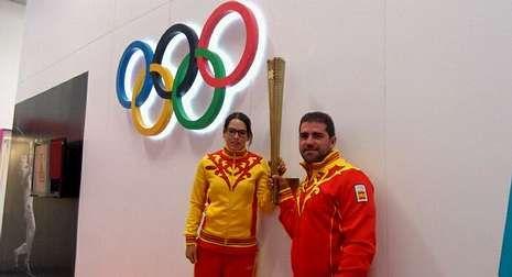 Doodle arco portada.Iria Grandal y Elías Cuesta, en la Villa Olímpica con los controvertidos uniformes españoles de Bosco.