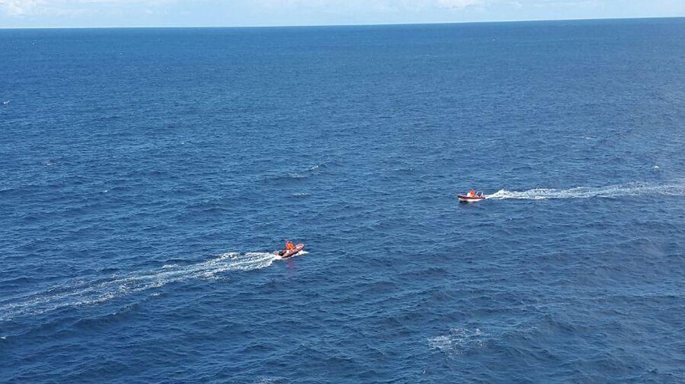 El cadáver del delfín hallado en Llanes.Dos embarcaciones del dispositivo de búsqueda en las inmediaciones de Llanes