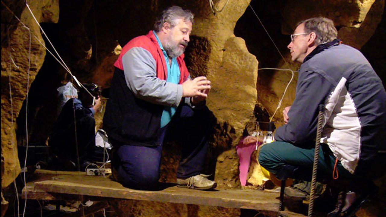 José Antonio Bron, expresidente de la Asociación de la Prensa de Oviedo (APO).Marco de la Rasilla, junto a Svante Pääbo en la cueva de El Sidrón, en 2010