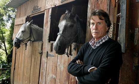 Gelos Rosado con dos de los caballos con los que pasea a diario por Baldaio.