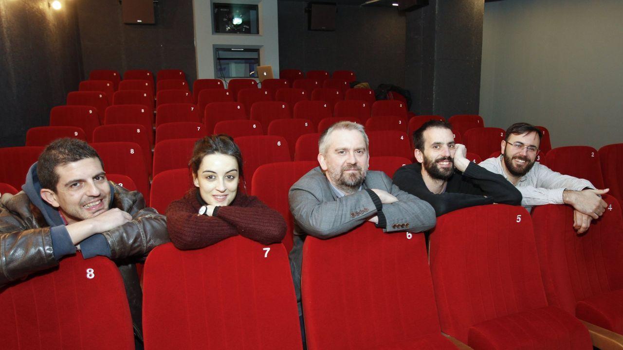 Junto a otros amantes del cine, Ledo (primero por la izquierda) puso en marcha la sala Numax en el año 2015: hoy este espacio cultural, en el que funciona también una librería y un laboratorio, se ha convertido en un referente del cine de autor en Compostela