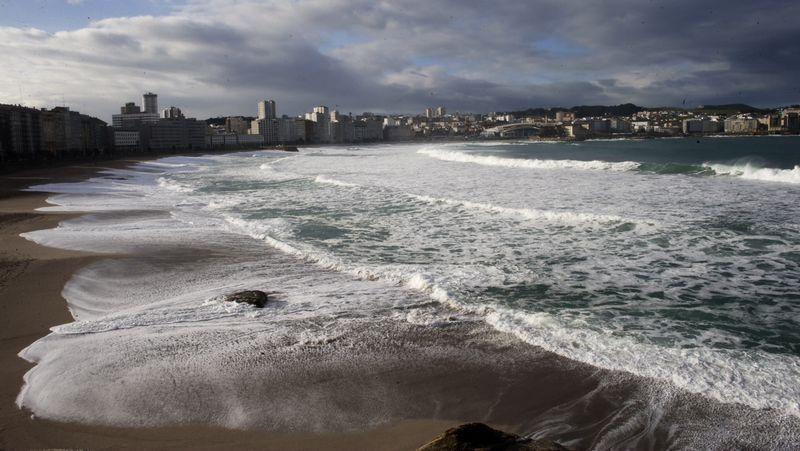 El primer gran temporal del invierno en Galicia.Oleaje en las playas de Orzán y Riazor
